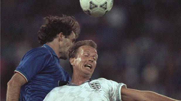 Франко Барези и Тревър Стивън в двубой по време на мача Италия - Англия (2:1) за третото място на Мондиал 1990