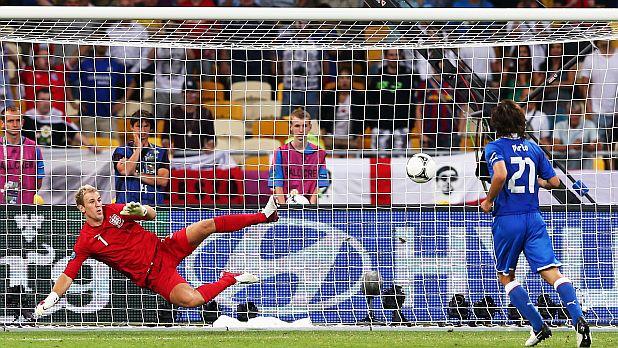 Андреа Пирло вкарва гол в средата на вратата на Джо Харт при изпълнението на дузпи на четвъртфинала от Евро 2012 Англия - Италия, завършил 0:0/2:4