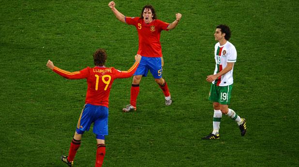 Фернандо Йоренте и Карлес Пуйол от Испания се радват на победата с 1:0 над Португалия на осминафинал на Мондиал 2010