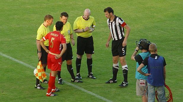 Капитаните Тодор Янчев и Фабиан Чипот преди мача Мура - ЦСКА (0:0) от Втори квалификационен кръг на Лига Европа, игран на 19 юли 2011