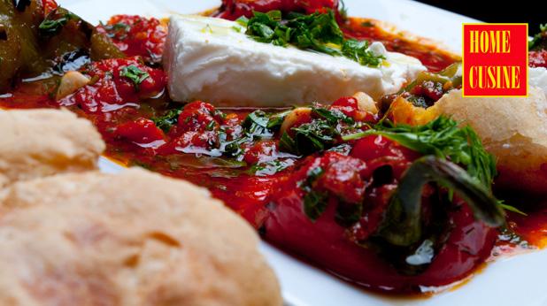 печени чушки с доматен сос и сирене