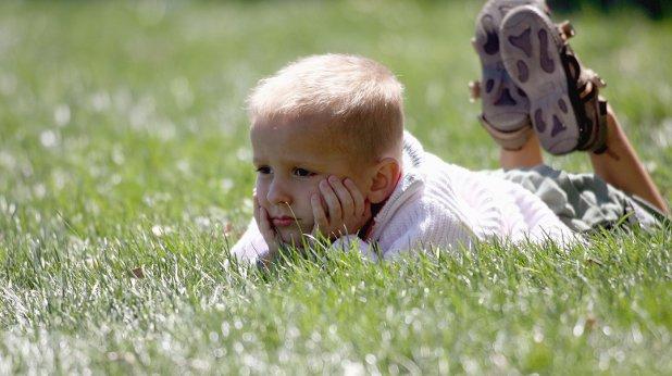 дете, трева