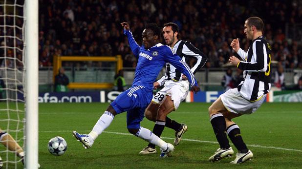 Микаел Есиен от Челси се разписва във вратата на Ювентус пред погледитге на Кристиан Молинаро и Джорджо Киелини във втори осминафинал от Шампионската лига през 2009, завършил 2:2