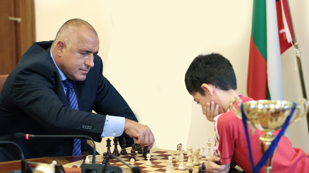 Бойко Борисов играе шах