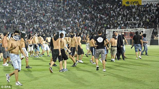Десетки фенове на ПАОК нахлуха на терена на мача с Рапид (Виена), първи плейоф за Лига Европа, завършил 2:1 на 23 август 2012