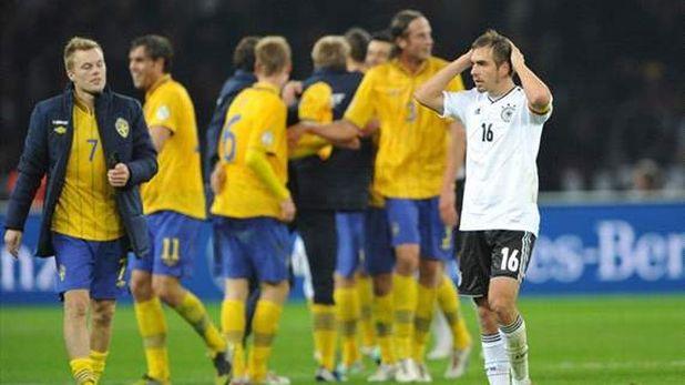 Филип Лам се държи за главата след като Германия пропиля аванс от четири гола и завърши 4:4 с Швеция в квалификация за Мондиал 2014, играна на 16 октомври 2012