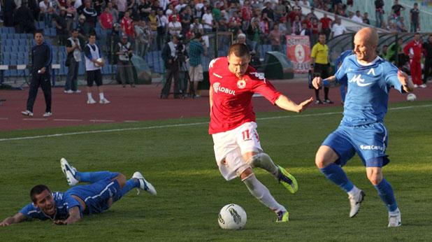 Кристовао Рамос донесе победата на Левски с 1:0 срещу ЦСКА в дербито, играно на 29 април 2012. На снимката са още Иван Бандаловски и Нуно Пинто