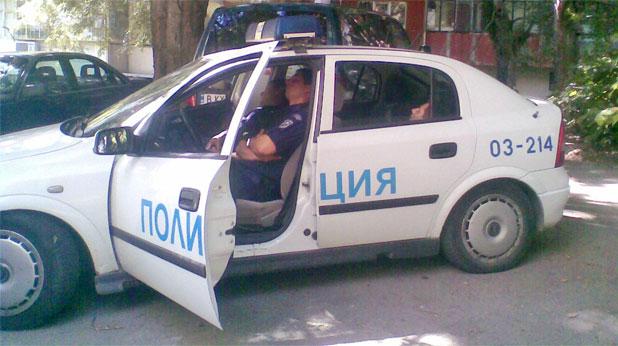 Полицаи спят по време на дежурство