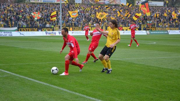 Иван Цветков (вдясно) откри резултата от дузпа в мача Ботев (Пловдив) - ЦСКА, завършил 1:1 на 27 октомври 2012