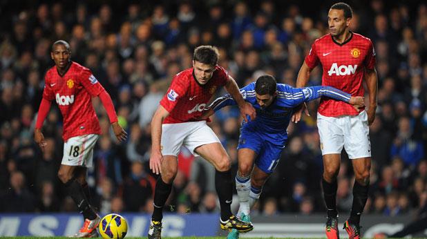 Майкъл Карик се бори за топката с Еден Азар пред погледа на Рио Фърдинанд и Ашли Йънг по време на мача Челси - Манчестър Юнайтед, завършил 2:3 на 28 октомври 2012