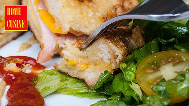 панирани сандвичи с шунка и сирене чедър