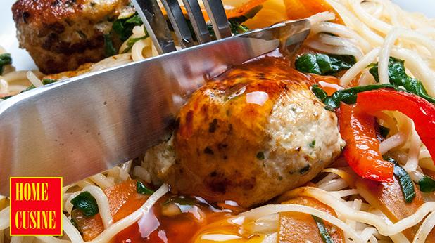 Пикантни пилешки кюфтенца с нудълс и зеленчуци