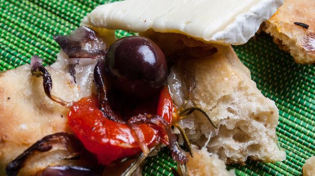 френски хляб с лук, розмарин  и чери домати