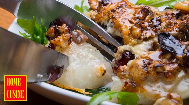 Печени круши със синьо сирене и боровинки