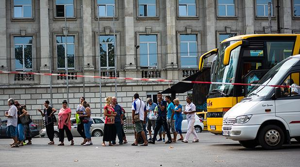 Автобуси докараха подкрепа на Орешарски