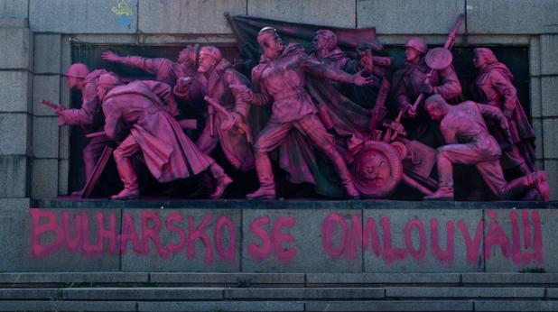 Паметникът на Съветската армия боядисан в розово