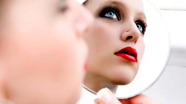 Жена мисли с огледало