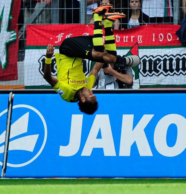 Пиер Емерик Аубамеянг празнува гол за Борусия Дортмунд