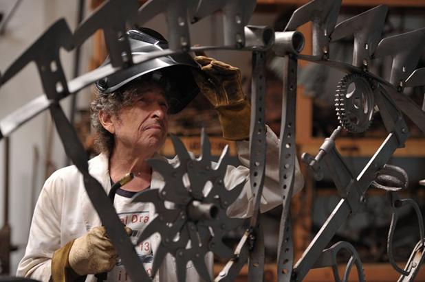 боб дилън със скулптура