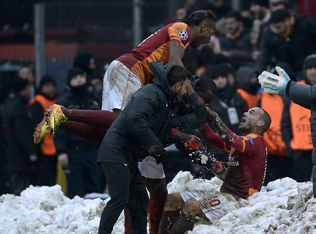 радост на дрогба и снайдер след галата - ювентус 1-0, 2013 декември