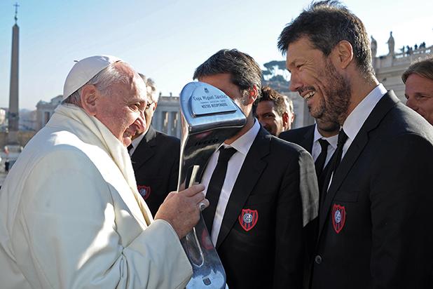 папата получава реплика на купата