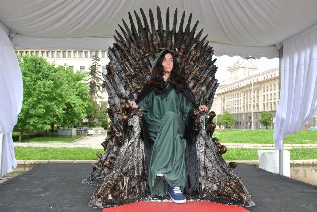 Момиче на трон