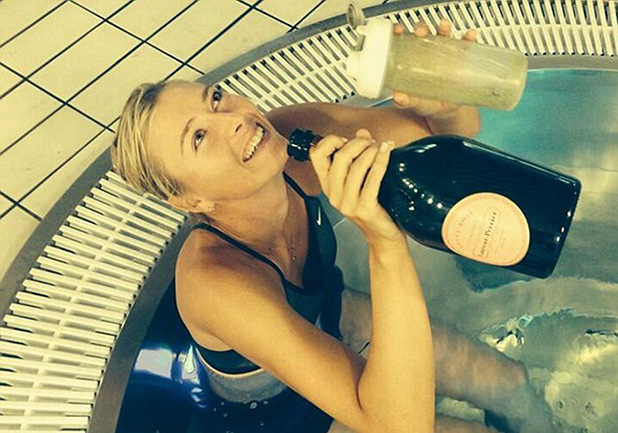 шарапова във ваната след победата на турнира в мадрид през 2014