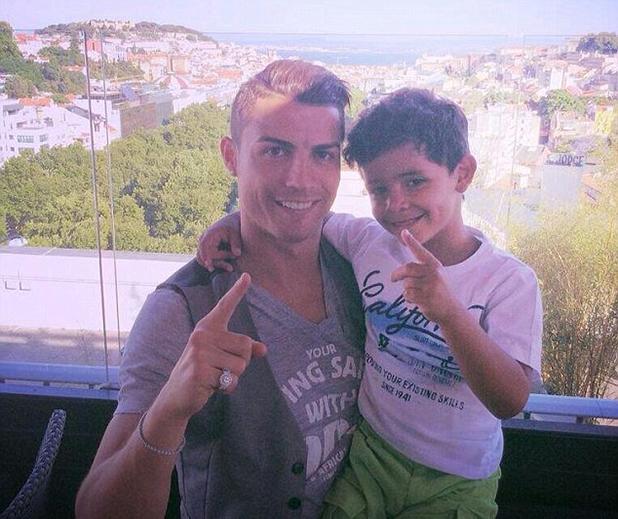 кр7 със сина си на 1 юни 2014