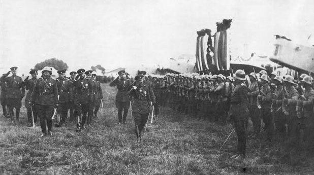 Цар Борис III прави преглед на Въздушните войски в Божурище през 1937 г.