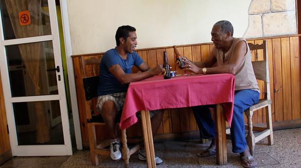 Кубинци пият бира