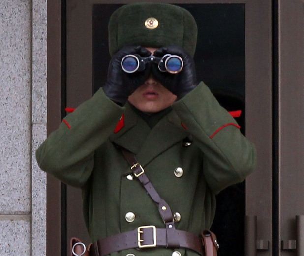 Войник на Северна Корея по граниата с Юга