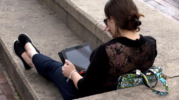 жена с компютър