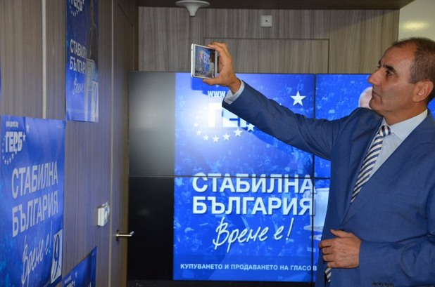 Цветан Цветанов снима плакат