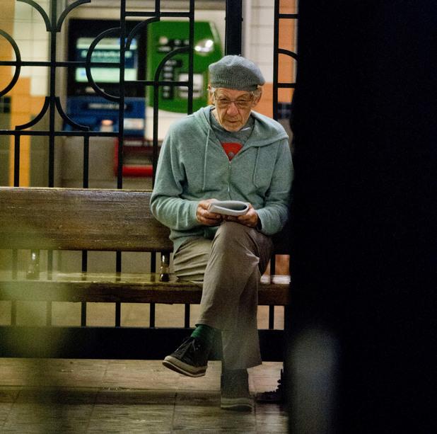 Сър Иън Маккелън чете в метрото