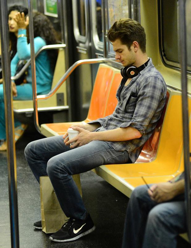 Андрю Гарфилд в метрото