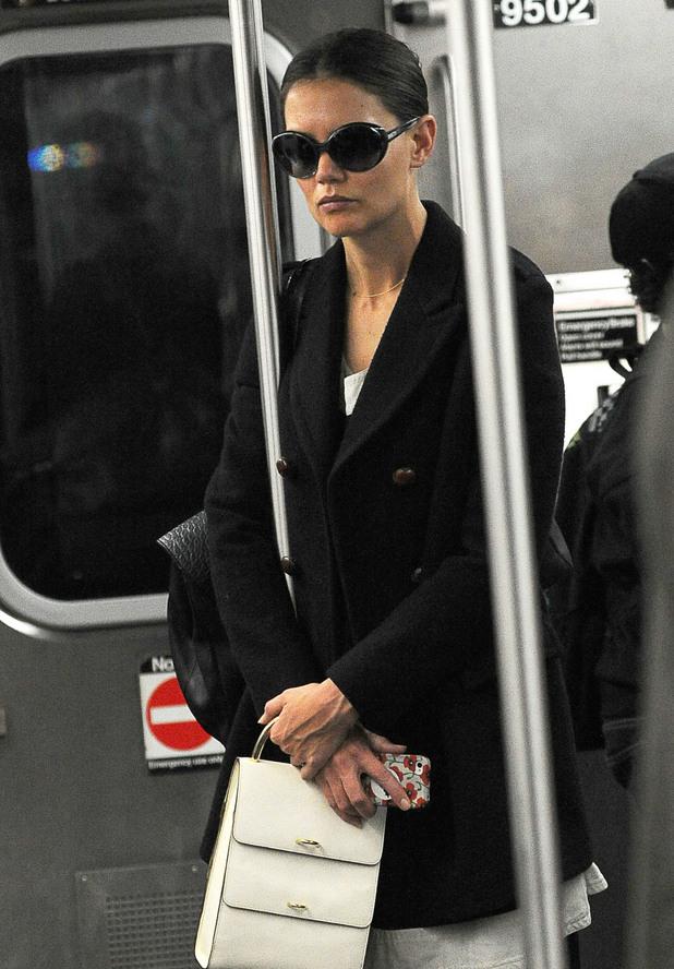 Кейти Холмс не показва емоция в метрото