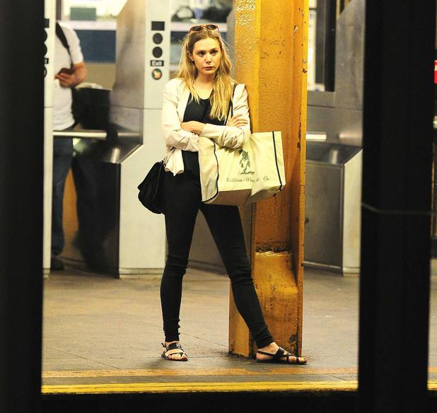 Елизабет Олсен в метрото