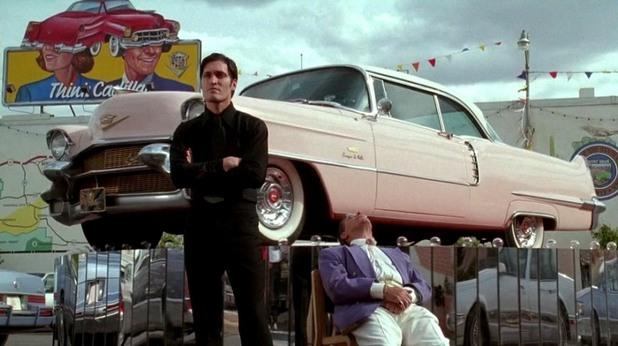 """В """"Аризонска мечта"""" филмовият чичо на Джони Деп строи кула от кадилаци, в българската мечта чичото не си цапа ръцете с машинно място, а се обляга директно върху коженото си шефско кресло."""