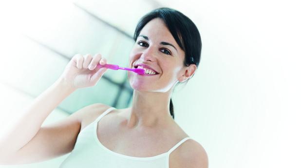Жена си почиства зъбите