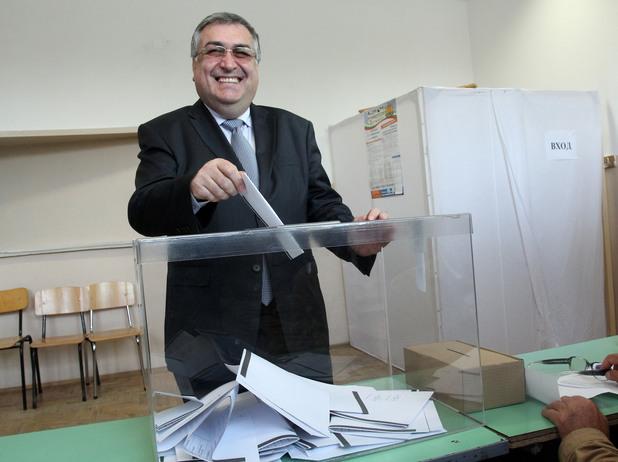 Служебният премиер Георги Близшанки подава своя вот на парламентарните избори
