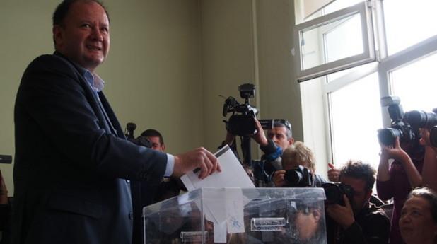 председателят на бсп михаил миков гласува на парламентарните избори на 5 октомври 2014