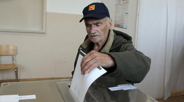 Човек упражнява правото си на глас на парламентарните избори