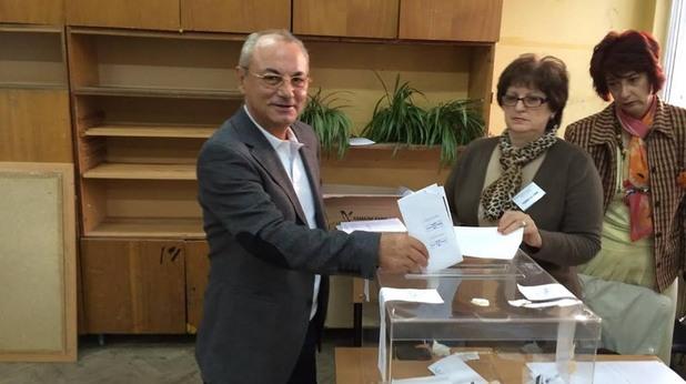 почетният председател на дпс ахмед доган гласува