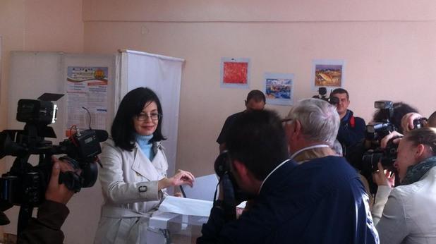 меглена кунева гласува на парламентарните избори на 5 октомври 2014