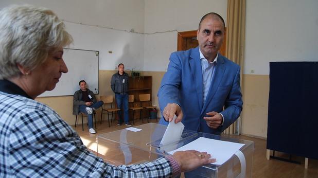 зам.-председателят на герб цветан цветанов гласува във велико търново на парламентарните избори на 5 октомври 2014