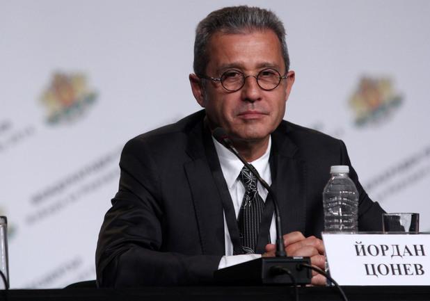 Йордан Цонев на трибуната на в залата на НДК в изборната нощ