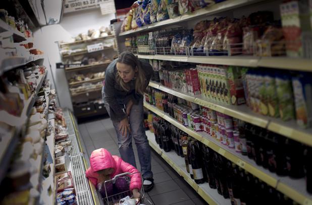 Жена и дете пазаруват в супермаркет