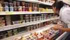 жена проверява млечните продукти в супермаркет
