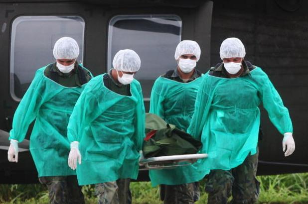 военни от издирвателните екипи пренасят жертвите от катастрофиралия полет 447 на air france