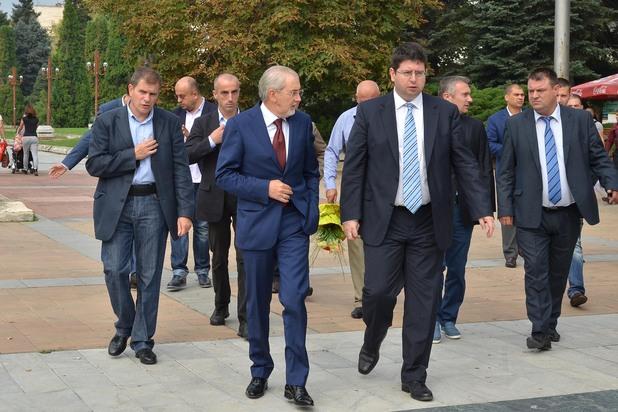 председателят на дпс лютви местан заедно с бившия финансов министър петър чобанов по време на предизборната кампания на дпс в монтана